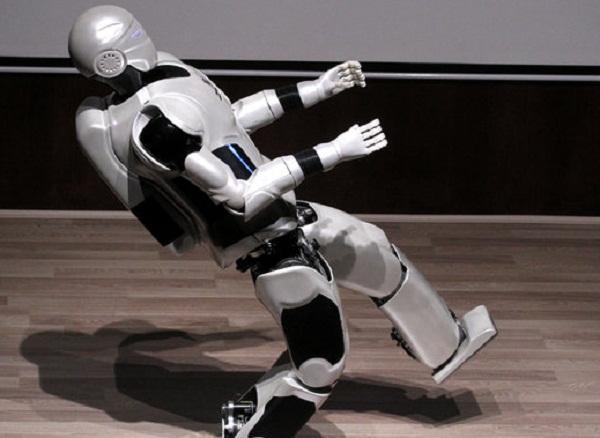 Iran built a Robot that speaks 100 Languages